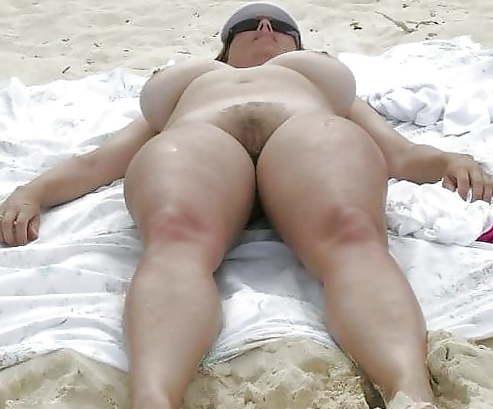 Голой женщина загорает фото пухлая